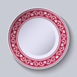 Plat avec la frontière ornementale rouge Concevez le calibre dans la peinture chinoise de porcelaine de style ethnique Photo stock
