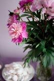 plat avec la guimauve rose, décoration florale de table images stock