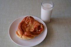 Plat avec la pâtisserie et le yaourt Photographie stock libre de droits