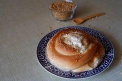 Plat avec la pâtisserie et un bol de blé Image libre de droits