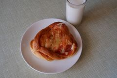 Plat avec la pâtisserie et un verre de yaourt Images libres de droits