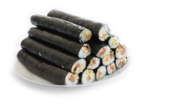 Plat avec la pile des petits pains frais de maki de sushi, d'isolement sur le blanc Images stock