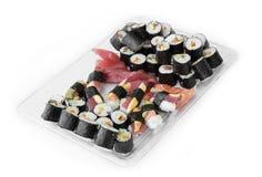 Plat avec la pile des petits pains frais de maki de sushi, d'isolement sur le blanc Photo libre de droits