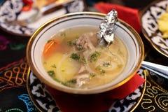 Plat avec la soupe à shurpa Photos stock