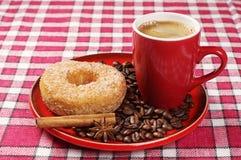 Plat avec le beignet et le café Photo stock