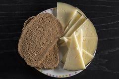 Plat avec le casse-croûte de fromage et de pain photos libres de droits