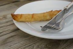Plat avec le casse-croûte, la fourchette et le couteau Images stock