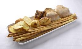 Plat avec le gressin de pain de pain grillé Photographie stock