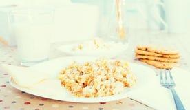 Plat avec le gruau de céréale pour le petit déjeuner Photos libres de droits