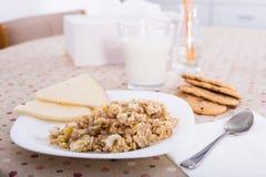 Plat avec le gruau de céréale pour le petit déjeuner Photographie stock libre de droits