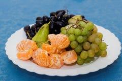 plat avec le plateau de fruit, table de Reston image libre de droits