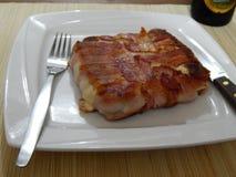 Plat avec le sandwich à lard image stock