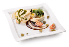 Plat avec le tartre de boeuf avec de la salade Photos libres de droits