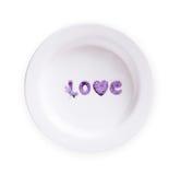 Plat avec le texte d'amour et coeur d'isolement sur le fond blanc Image stock