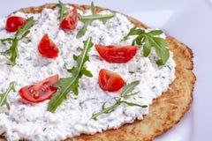Plat avec les cr?pes de pomme de terre savoureuses pour Hanoucca sur la table en bois, vue sup?rieure de plan rapproch? image stock