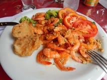Plat avec les crevettes roses frites images stock