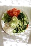 Plat avec les légumes coupés images stock