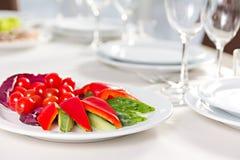 Plat avec les légumes découpés en tranches Image stock
