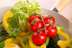 Plat avec les légumes frais Image stock