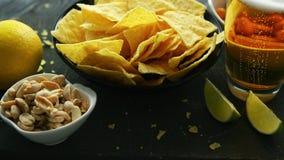 Plat avec les nachos et la bière clips vidéos