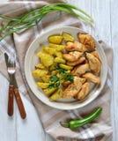 Plat avec les pommes de terre et la viande sur la table Photographie stock