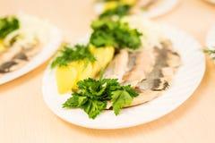 Plat avec les produits des pêches coupés en tranches sur la table de fête Photos libres de droits