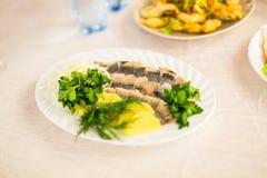 Plat avec les produits des pêches coupés en tranches sur la table de fête photos stock