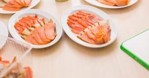 Plat avec les produits des pêches coupés en tranches sur la table de fête Photo libre de droits
