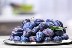 Plat avec les prunes mûres savoureuses Photographie stock libre de droits