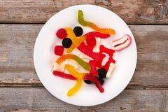 Plat avec les sucreries colorées de gelée image stock