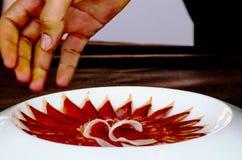 Plat avec les tranches coupées de serrano de jamon, jambon espagnol traditionnel Photos stock