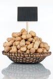 Plat avec un groupe d'arachides dans la coquille et sa réflexion et prix à payer, indicateur photo stock