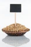 Plat avec un groupe de grains d'avoine et sa réflexion et prix à payer, indicateur photo stock