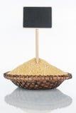 Plat avec un groupe de grains de millet et sa réflexion et prix à payer, indicateur photos libres de droits