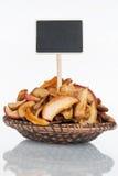 Plat avec un groupe de tranches sèches de pomme et sa réflexion et prix à payer, indicateur images libres de droits
