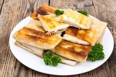 Plat blanc avec des enveloppes du lavash arménien mince de pain frit photos stock