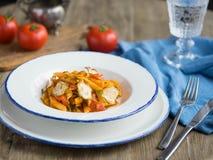 Plat blanc avec des pâtes et des légumes Image stock