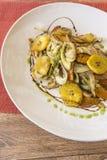 Plat blanc avec les légumes sautés image libre de droits