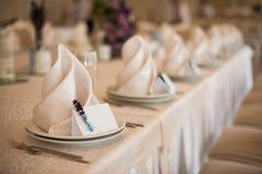 Plat blanc classique vide dans le restaurant avec une carte vierge pour des noms d'invité Image libre de droits