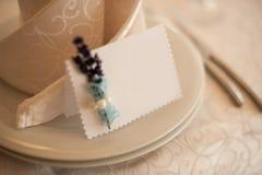 Plat blanc classique vide dans le restaurant avec une carte vierge pour des noms d'invité Photo stock