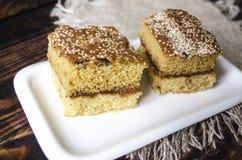 Plat blanc de porcelaine avec les gâteaux découpés en tranches de biscuit Photographie stock libre de droits