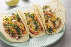 Plat bleu avec le flatbread mexicain de nourriture avec de la viande et des légumes de poulet sur la table photographie stock