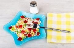 Plat bleu avec le mélange, la fourchette et le sel végétaux Photos libres de droits