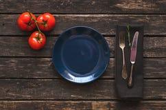 Plat bleu vide avec l'espace de copie Concept d'accessoires de cuisine images libres de droits