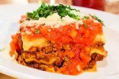 Plat bolonais de lasagne, recette traditionnelle avec la sauce tomate, fromage et viande image libre de droits
