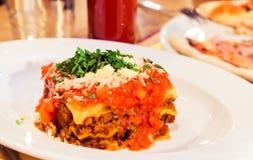 Plat bolonais de lasagne, recette traditionnelle avec la sauce tomate, fromage et viande image stock