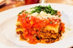 Plat bolonais de lasagne, recette traditionnelle avec la sauce tomate, fromage et viande photo stock