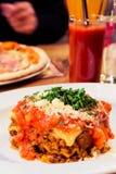 Plat bolonais de lasagne, recette traditionnelle avec la sauce tomate, fromage et viande photos libres de droits