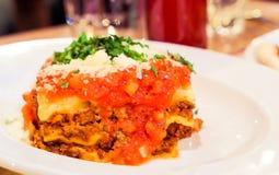 Plat bolonais de lasagne, recette traditionnelle avec la sauce tomate, fromage et viande images libres de droits