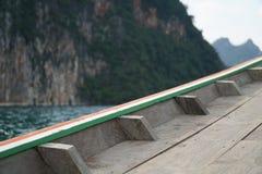 Plat-bord de bateau en bois dans le barrage de ratchaprapha Photo stock